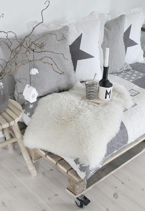 fabriquer un joli canap avec des palettes en bois. Black Bedroom Furniture Sets. Home Design Ideas