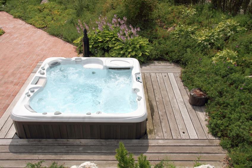Profiter d un coin d tente avec un spa dans son jardin - Deco jacuzzi exterieur ...