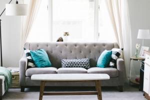 salon avec canapé gris et coussins de couleur
