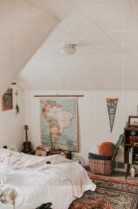Carte du monde et fanions en décorations dans une chambre à coucher