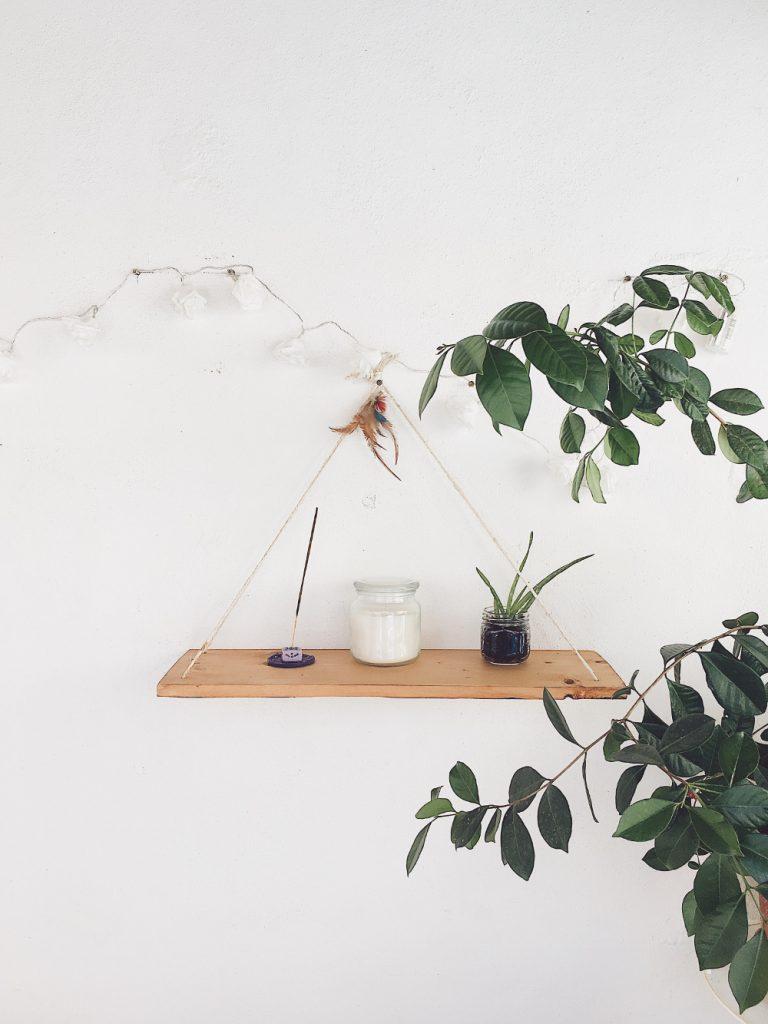 étagère suspendue en bois avec plantes et déco