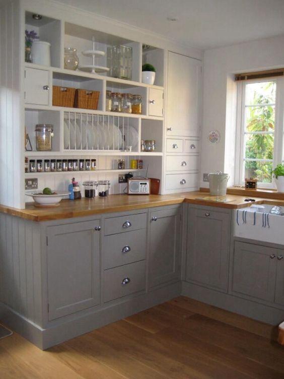 cuisine bien rangée et organisée avec plan de travail en bois et meubles gris