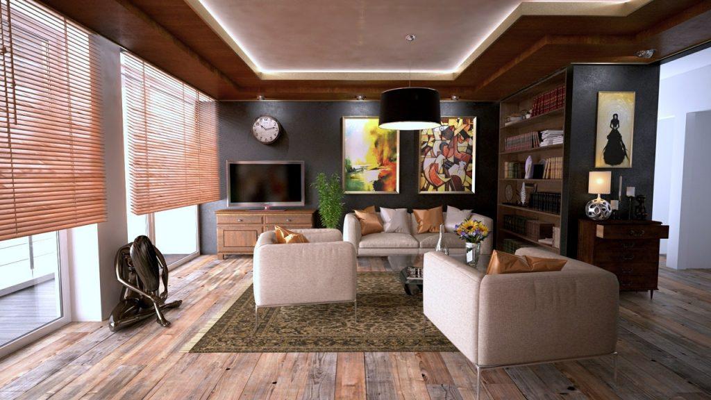 salon avec des stores en bois aux fenêtres